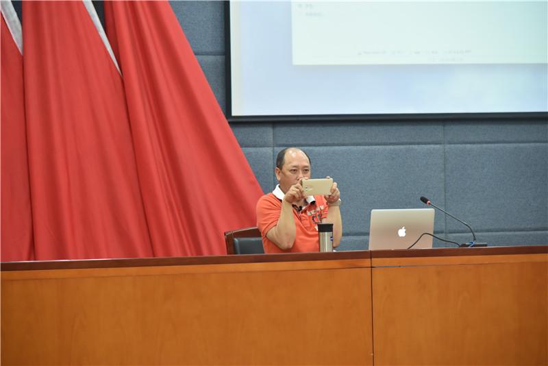 赵大督老师为学员讲解如何握持手机拍照.jpg