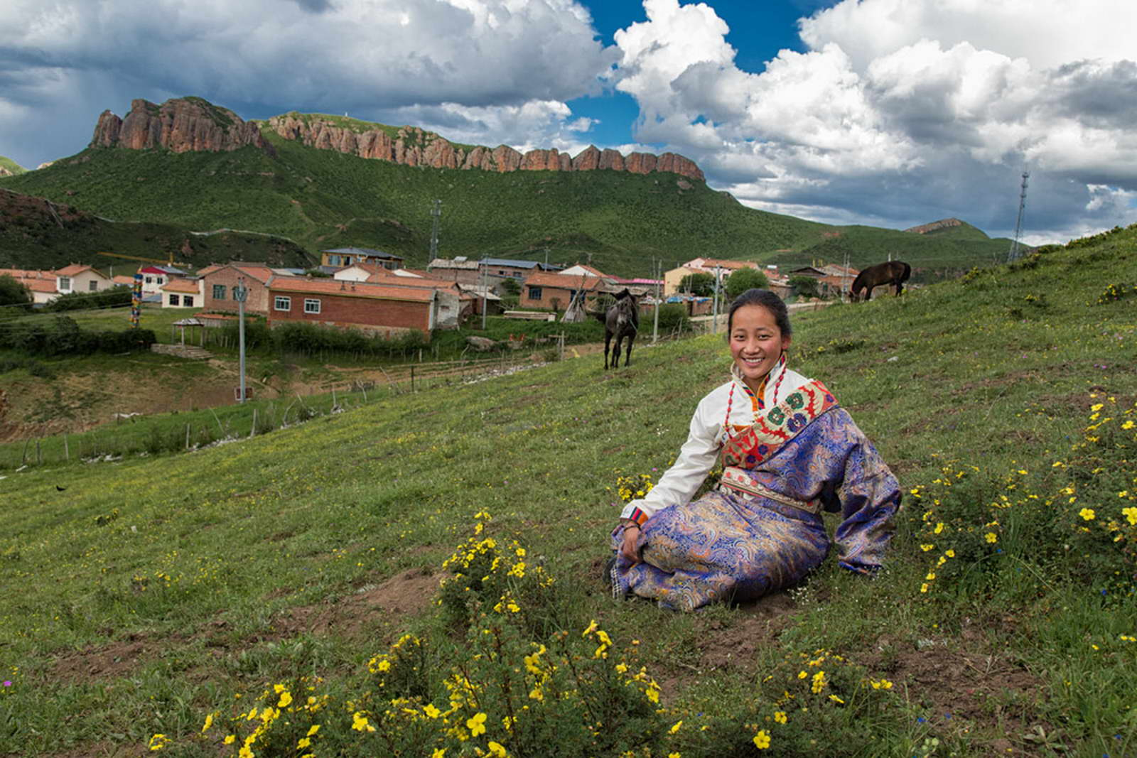 其他 谢昌建《微笑》13507946488   江西省广昌县河东新区行政中心9334(2016年7月摄于甘南郎木寺,一放马的藏族小姑娘坐在草地上休息,背后是她们的圣山-红山).jpg