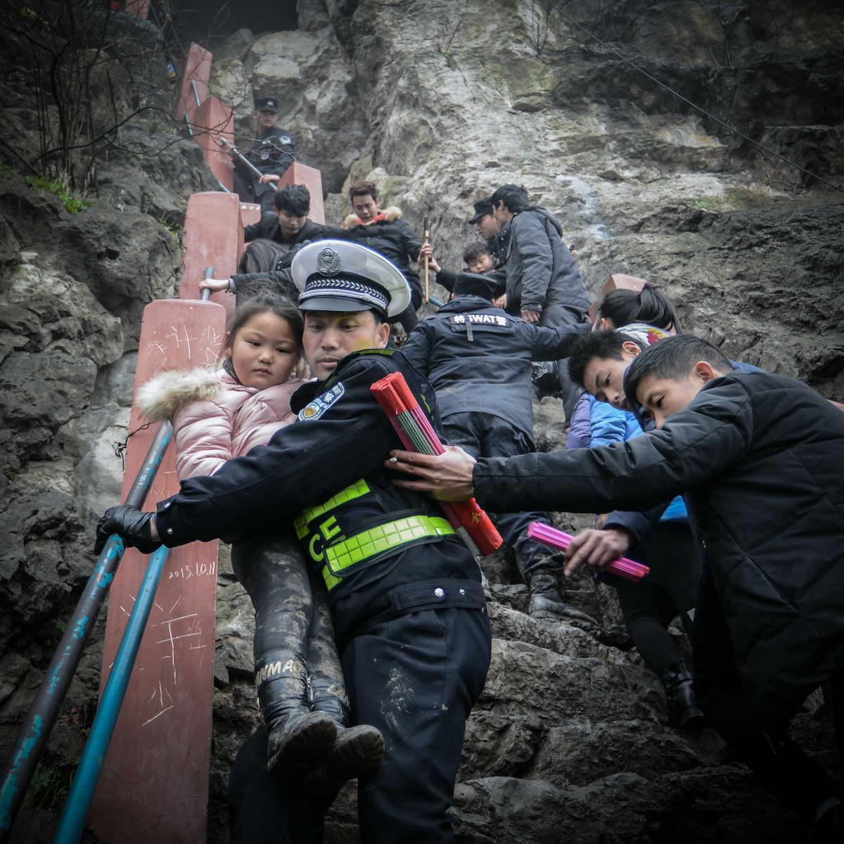 中国移动 李伦凤《警民一家亲》  13865232001.jpg