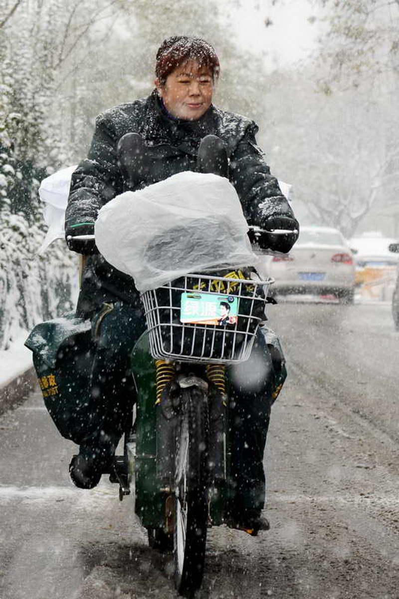 北京邮政 王笑波《风雪投递员》.jpg