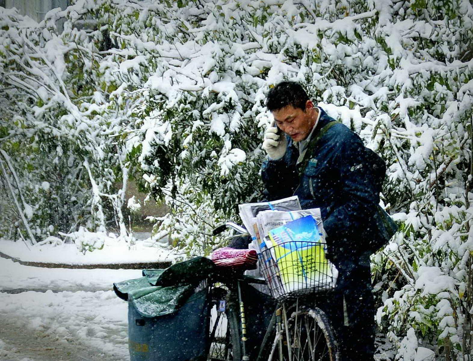 辽宁朝阳邮政 王振勇 《雨雪无阻》 13704918600.jpg