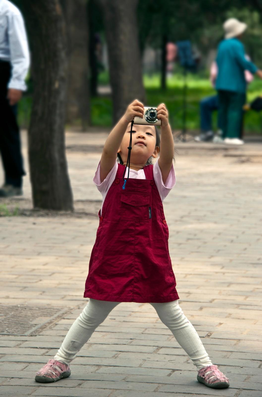 北京-摄影行者 《爷爷,看看谁照的好》 Nikon.jpg