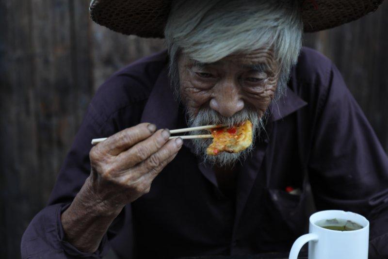 ⑧群 台州-陈华 《喝早茶的老人》 Canon.jpg