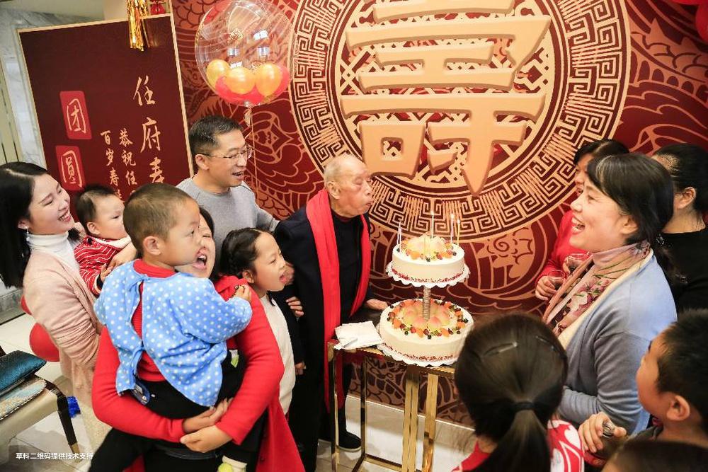 汤远忠《百岁寿诞》Canon,2020年10月,老先生百岁寿诞,全家人在家里为老人举办生日活动,老人兴奋地吹起蜡烛。.jpg