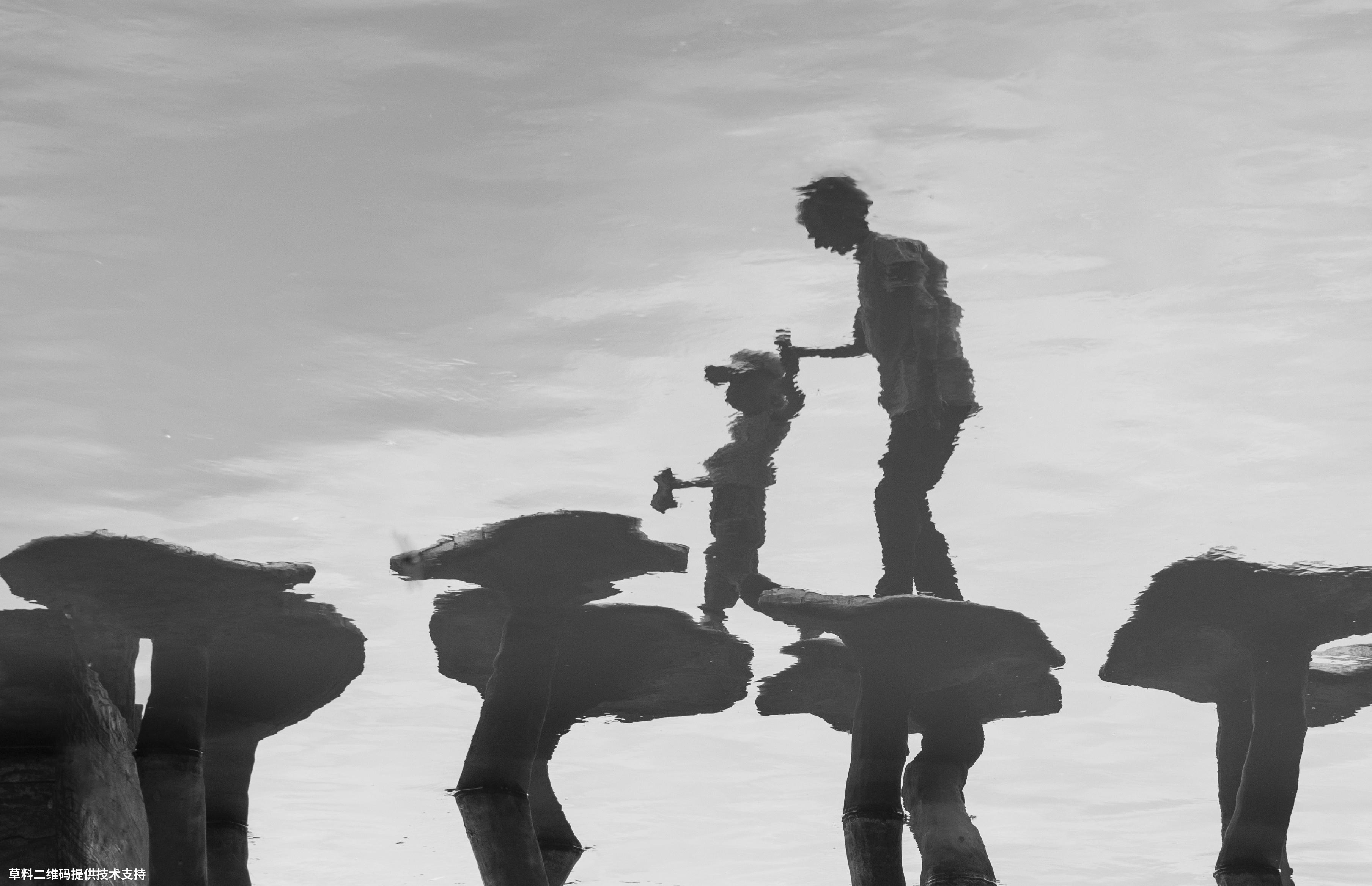 陈建国 《过河》Nikon,祖孙过河时的水中倒影。.jpg