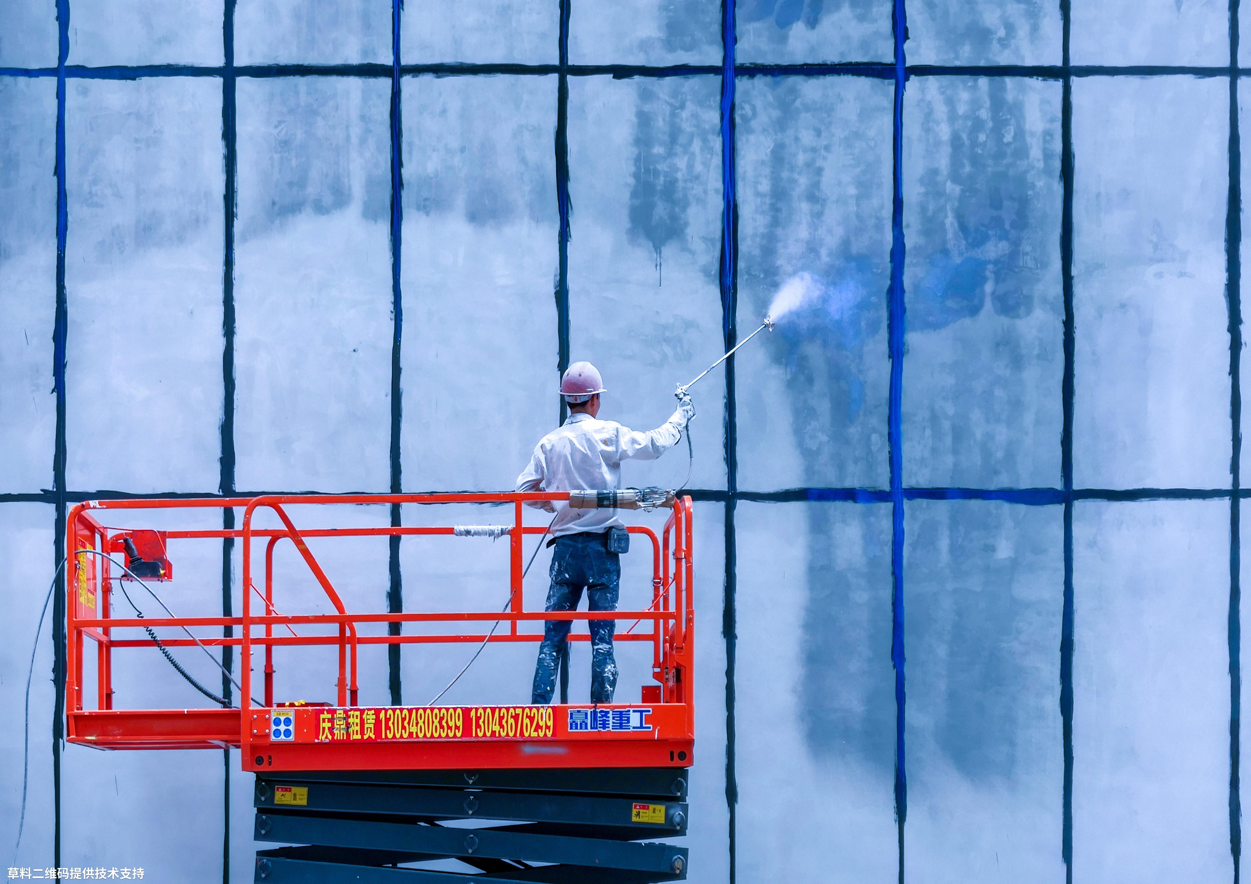 陈建国 《喷》 HUAWEI,正在粉刷外墙的建筑工人.jpg