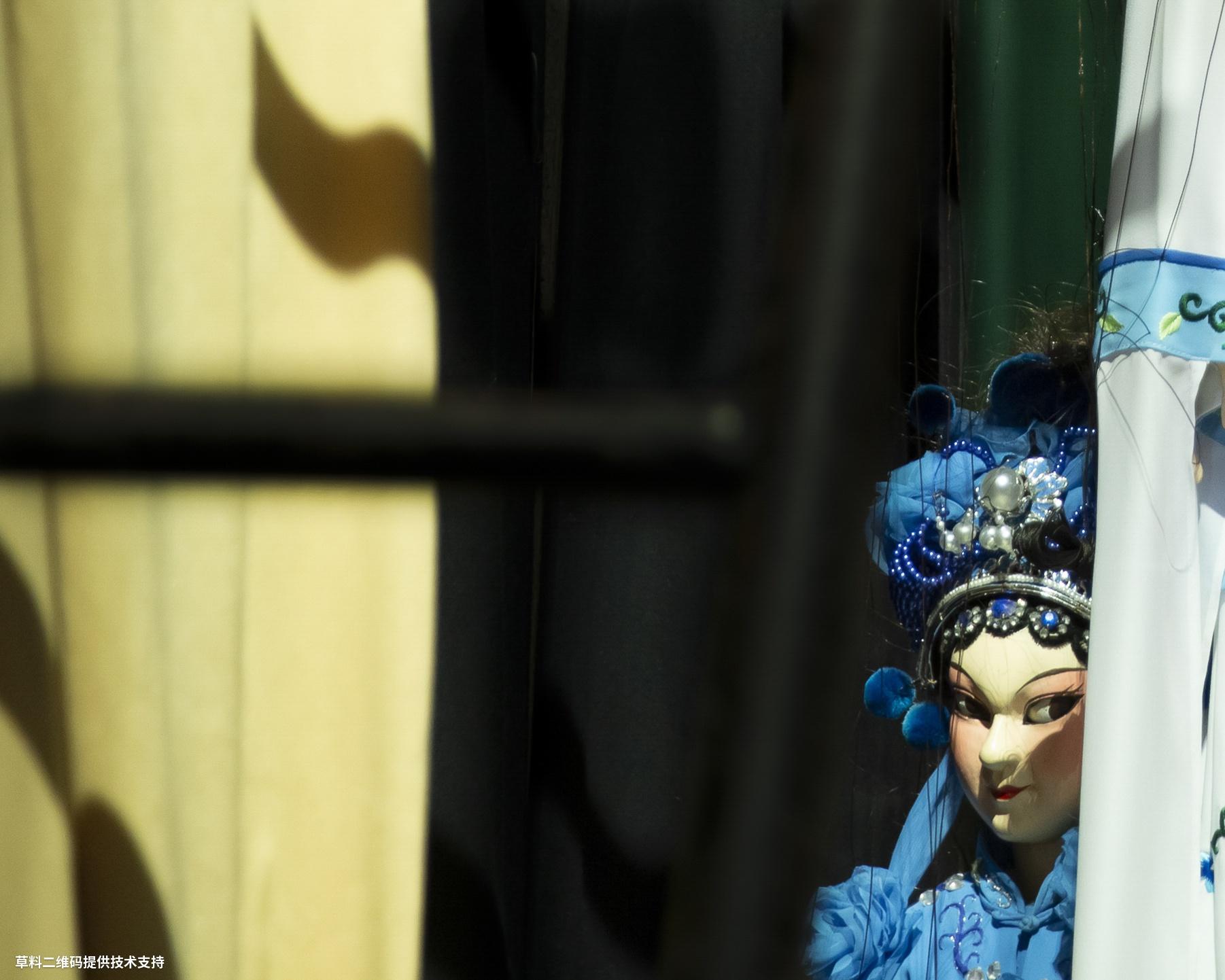 陈玉茹《捉迷藏》Canon,平阳木偶是国家级非遗项目,技师们精心创作了它们的形象,而演员们则给予它们生命和情感,图片2020年7月28日摄于平阳木偶传承中心舞台后台。.jpg