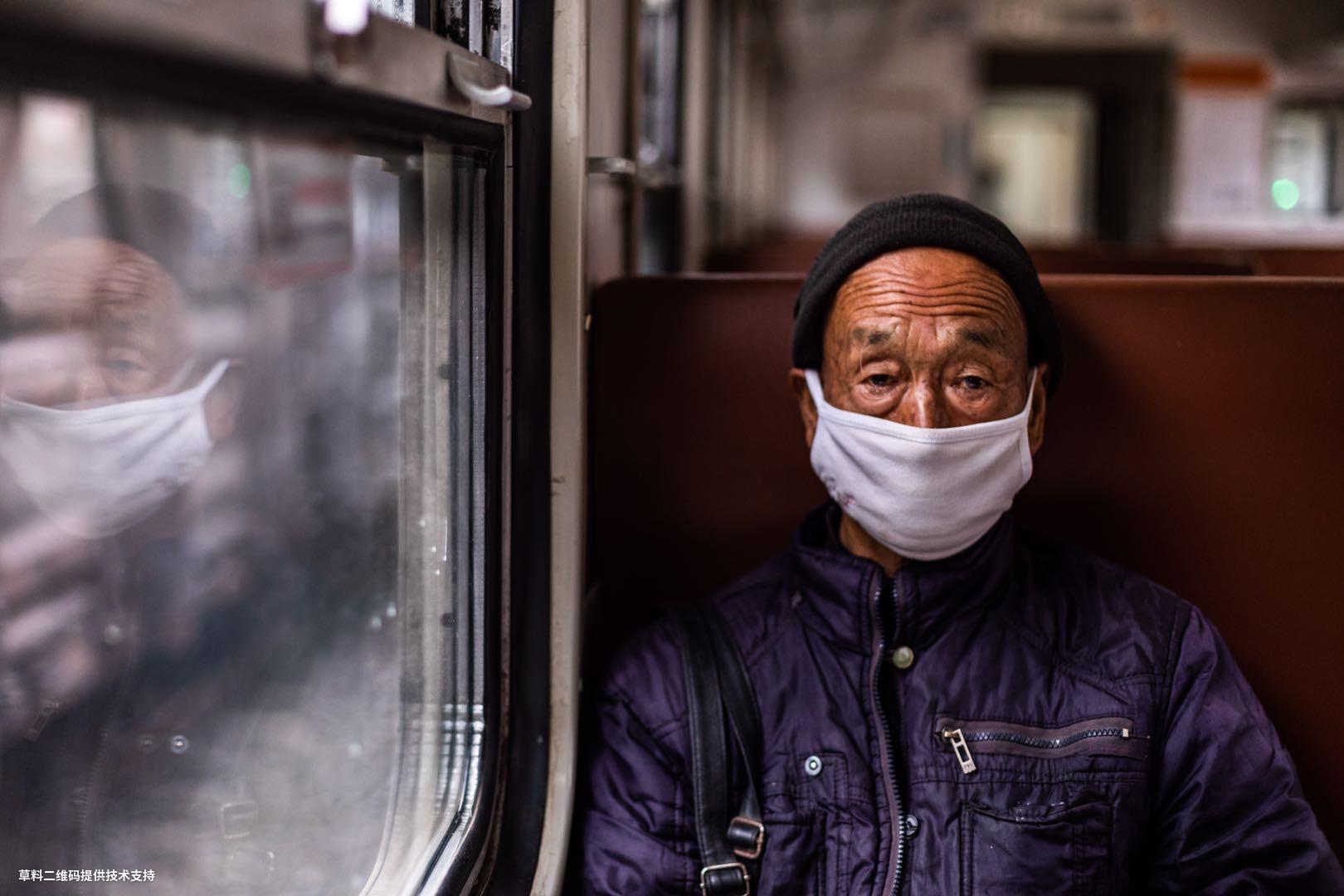 丁儒圣《凝》 Canon,疫情有所缓解,火车先行,大山里面的一个老大爷,乘车前往县城看病,面带病容,于是便记录了下来。.jpg