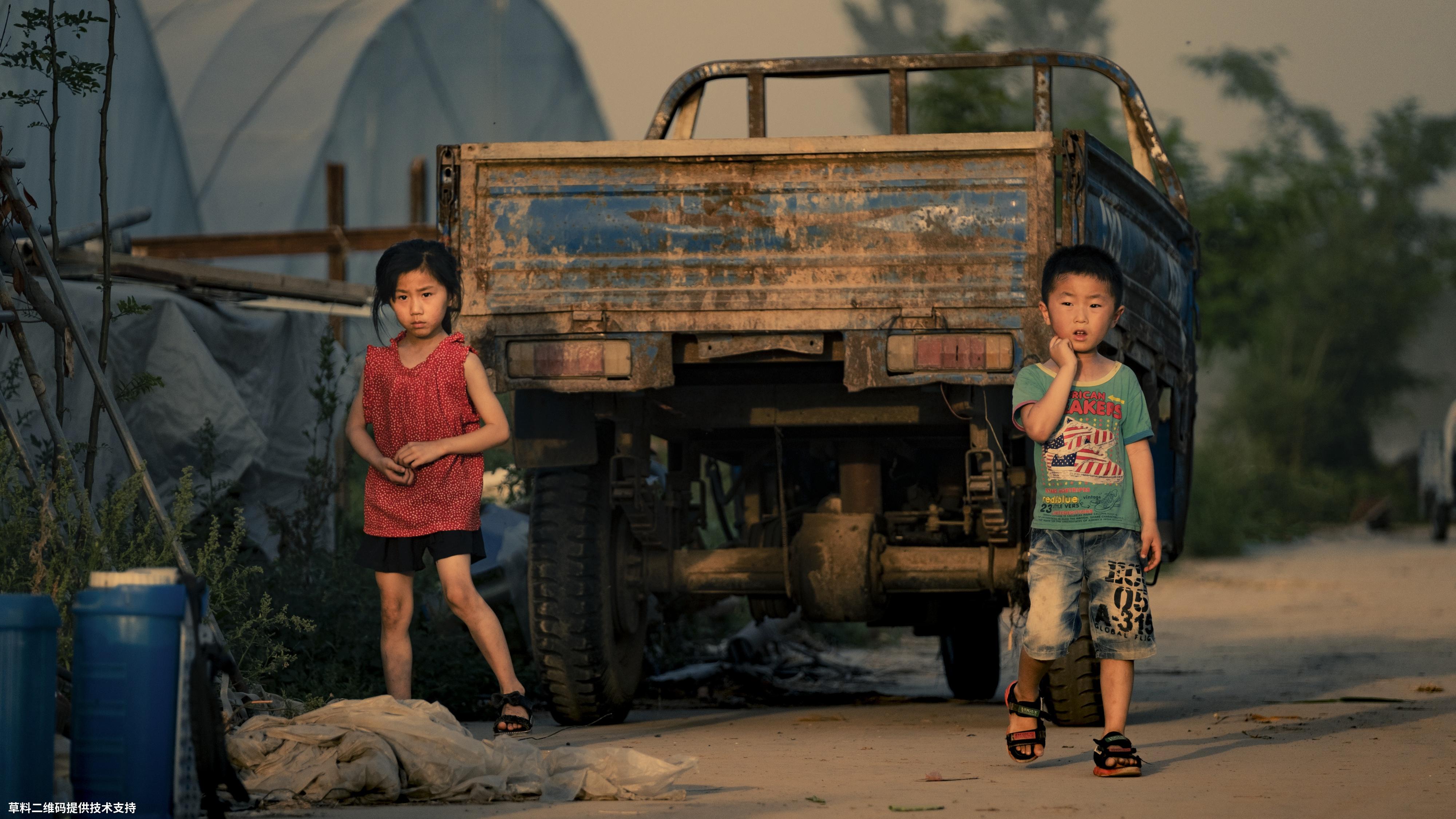 黄晓东《留守儿童》富士,这里没有城市的游乐场,没有学校的打铃声,父母不在的日子,只能跟随爷爷奶奶去农田玩耍。.jpg