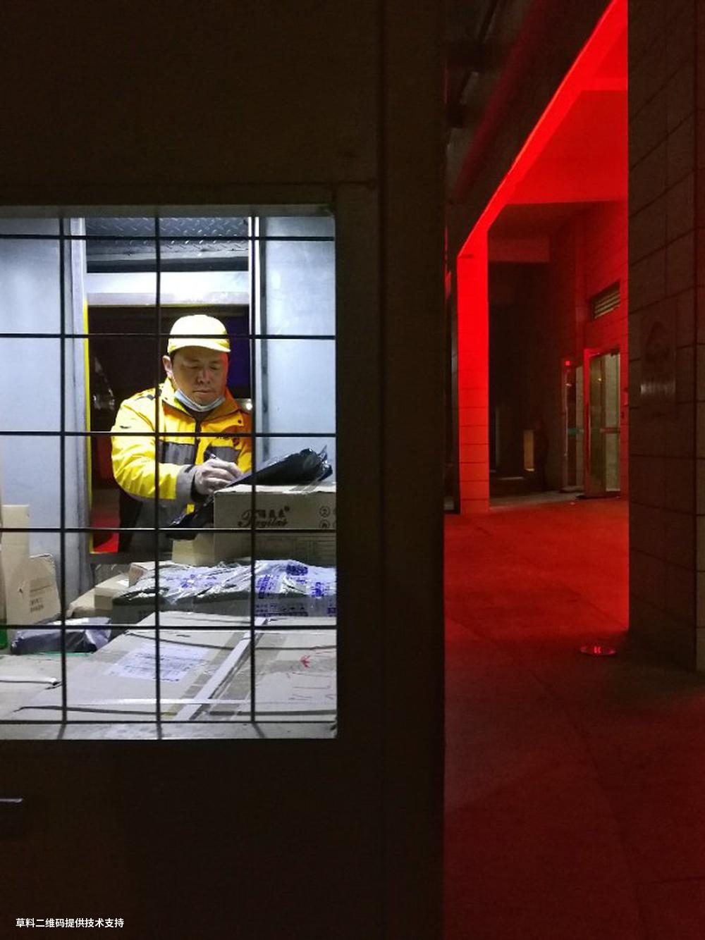 刘勇进《情系千万家》 HUAWEI,2020年12月26日夜,广东巽寮湾。大楼下,一位投递员正在车内认真地工作,把温暖送给千家万户。.jpg