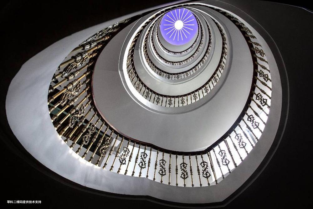 郭冀华《旋转的阶梯》 Canon,利用超广角镜头低角度拍摄佛山一所建筑内部的旋转楼梯,以独特的角度表现出旋转楼梯的线条美。.jpg