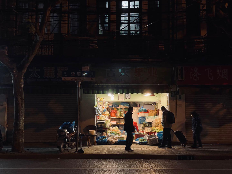 《下班买水果回家》摄于上海.jpg