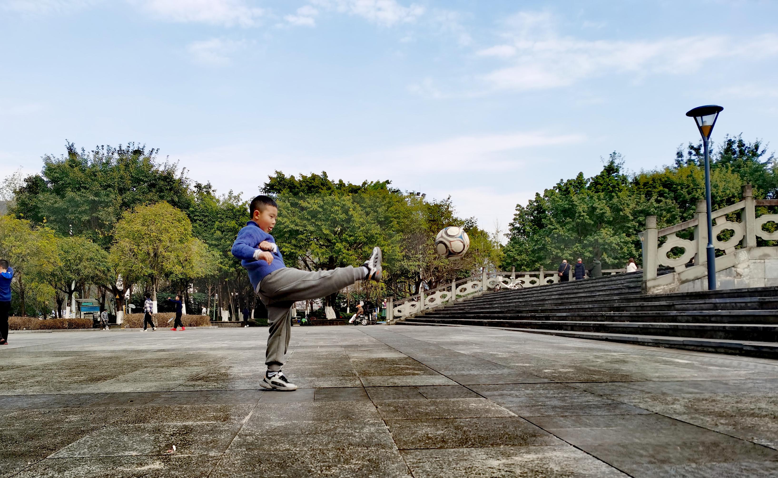 重庆-朱占文 《足球练习》 HUAWEI.jpg