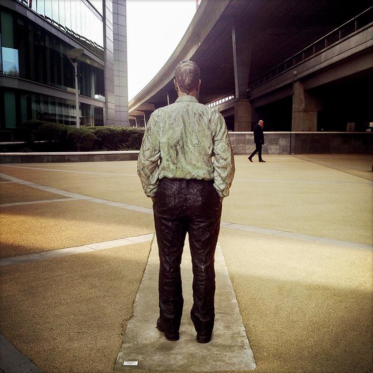 大厦之间常有一些艺术家的雕塑作品,这位先生应该很了解这个广场晚上有多少醉汉