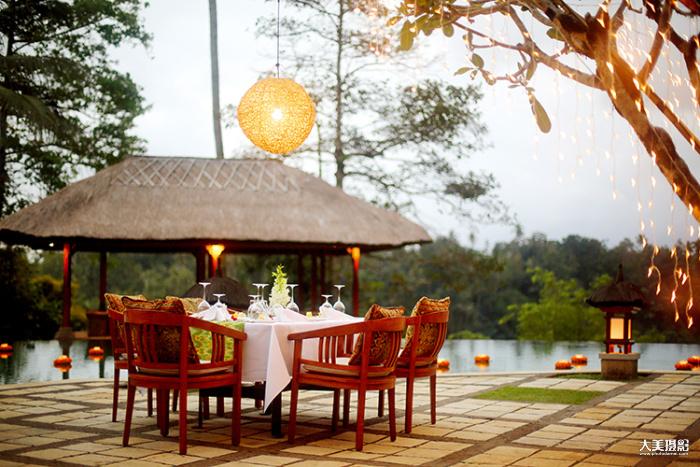 在酒店的泳池边享受浪漫的烛光晚餐  F1.4,1/160秒,ISO500