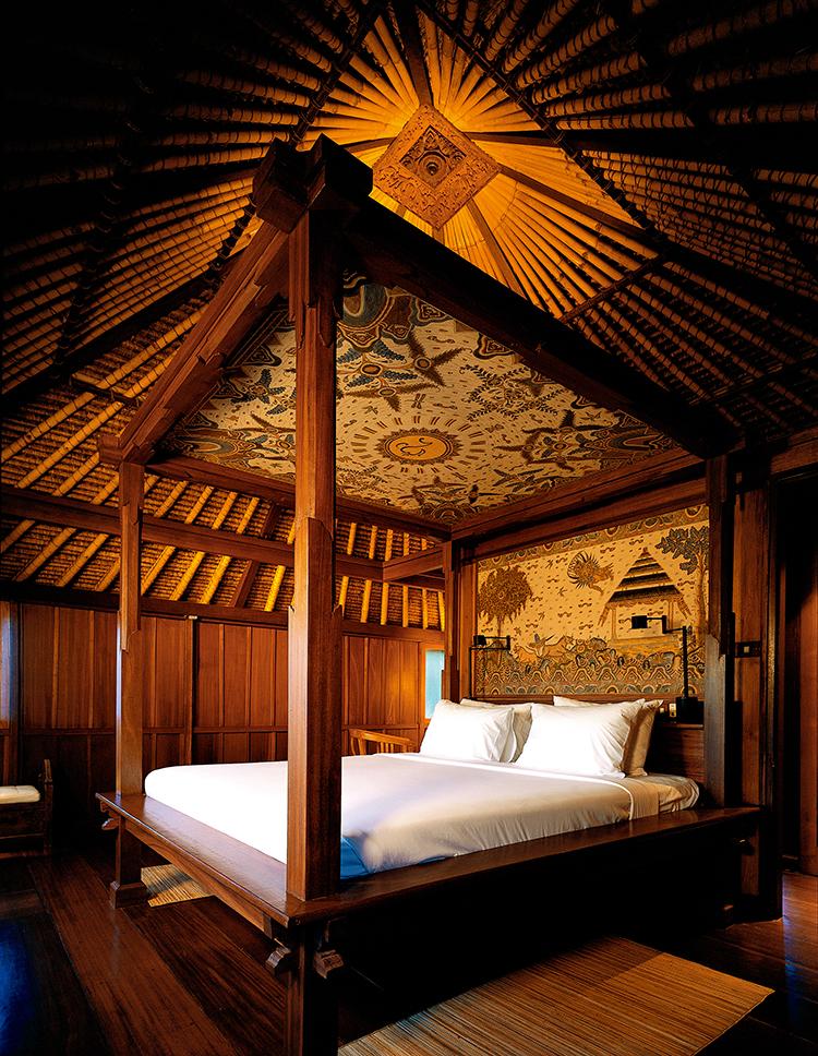 酒店的木制大床上的每一个细节都体现着巴厘岛的文化特色  F5,1/800秒,ISO850