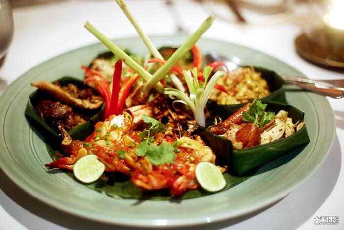 酒店的餐厅除供应西餐外,同时提供地道的巴厘岛菜肴,海鲜美味必不可少  F1.4,1/50秒,ISO1000