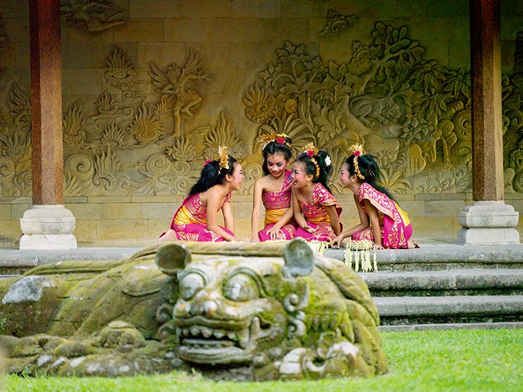 当地的小女孩在酒店的庭院中练习巴厘舞蹈  F4,1/125秒,ISO200