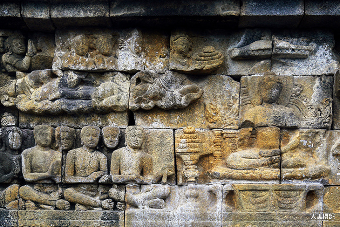 婆罗浮屠佛塔的回廊上雕刻着佛陀修成正果的故事 F4,1/500秒,ISO500