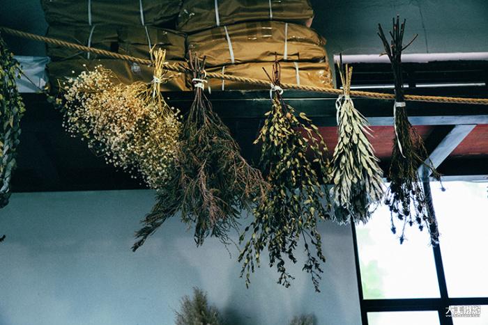 Florette的空间里悬挂着晒干的花束,自然就这样被贮存下来  F5.6,1/80秒,ISO400