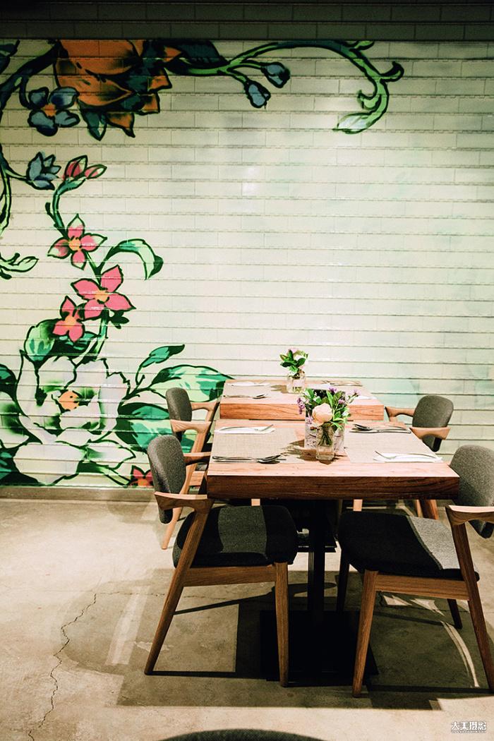 花厨隐藏在一座写字楼的底层,餐厅的每个细节都和花相关,即便是商铺的卷门,也被装饰上了花朵的图案  F6.3,1/80秒,ISO400