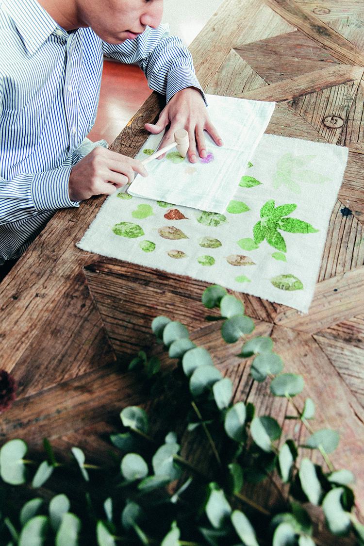 知是将新鲜树叶放在棉布上,反复敲打,直到树叶留存在布上  F3.5,1/100秒,ISO100