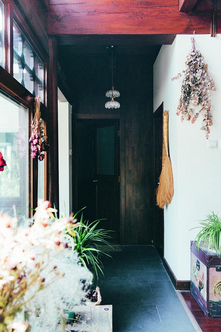 一朵小院是深藏在一条胡同里的四合院,木质的装饰风格,被花草装点的小院伴着午后暖阳,温暖人心  F5,1/100秒,ISO200